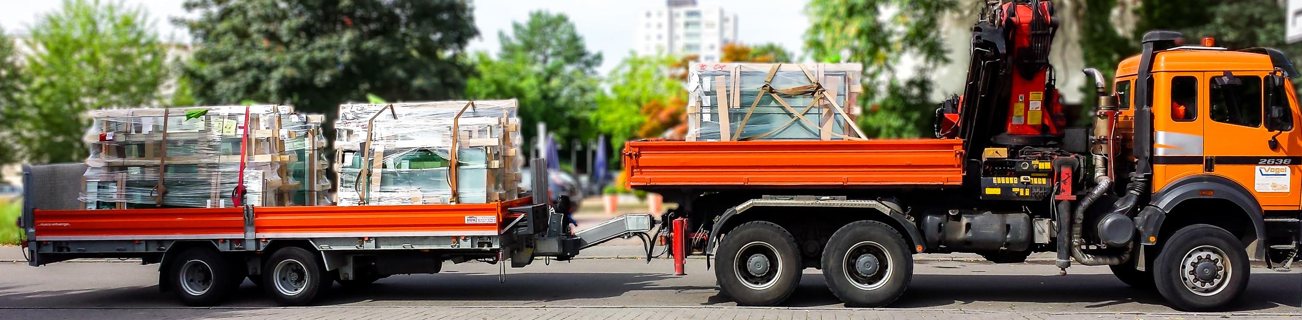 Transportfahrzeug mit Palfinger Ladekran